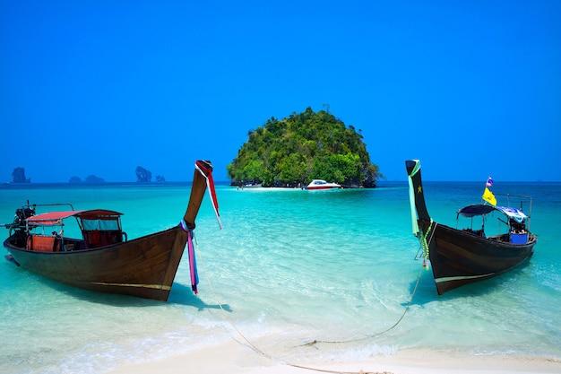 Tropical beach, longtail boat, andaman sea, krabi, tajlandia