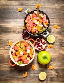 Tropical food świeża sałatka z egzotycznych owoców na drewnianym stole