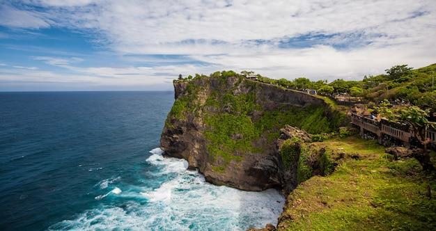 Tropics beach uluwatu w indonezji na bali. wakacje podróże turystyka relaks.