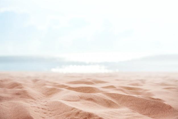 Tropikalna lato piasek plaża i bokeh słońce zaświecamy na morzu