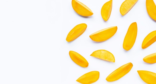 Tropikalna owoc, mango plasterki na białym tle.