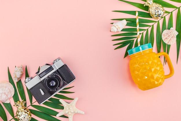 Tropikalna palma pozostawia wakacje różowy stół
