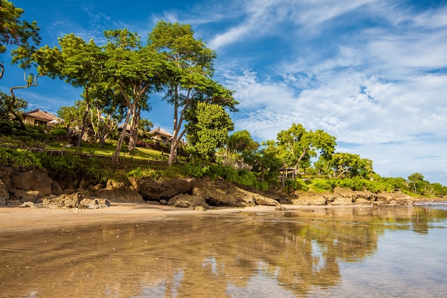 Tropikalna piaszczysta plaża jimbaran w indonezji bali. wakacje podróże turystyka relaks.