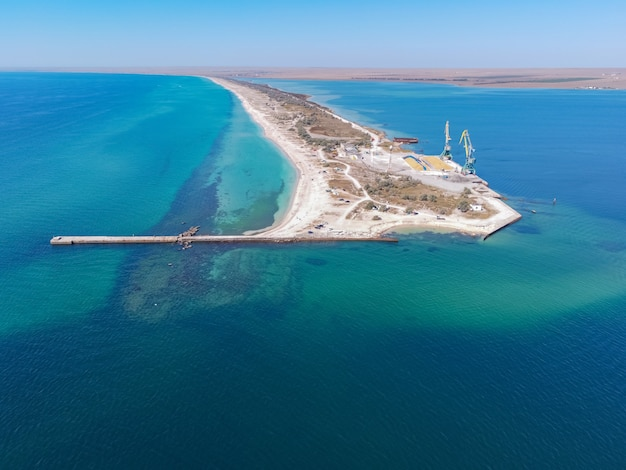 Tropikalna piaszczysta plaża oddzielająca egzotyczne turkusowe morze i piaszczyste jezioro w morzu