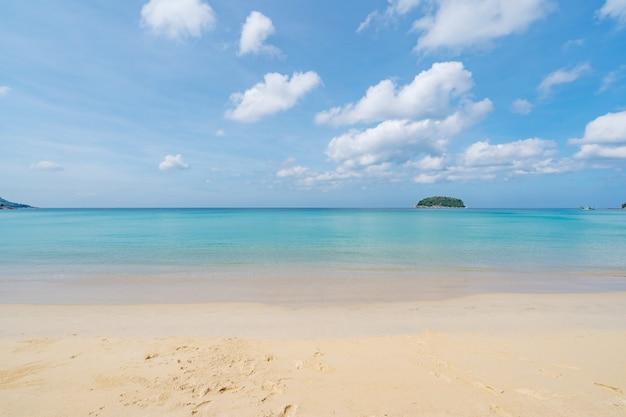 Tropikalna piaszczysta plaża z błękitnym oceanem i czystym niebieskim niebem w tle na tle przyrody lub su