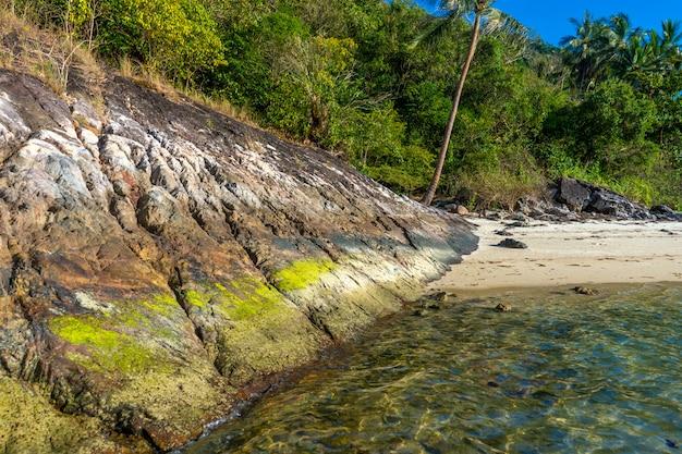 Tropikalna piaszczysta plaża z kamieniami. czysta natura.