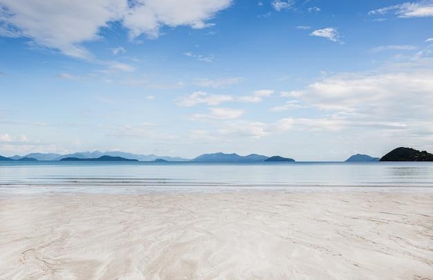 Tropikalna piaszczysta plaża z tło wakacje błękitne niebo.
