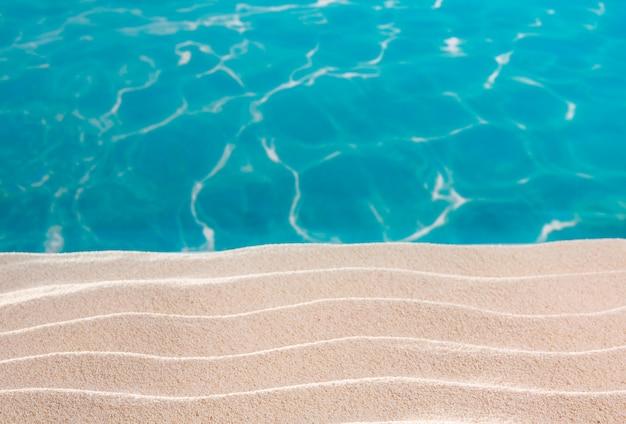 Tropikalna plaża białe wydmy piasku w turkusowym morzu