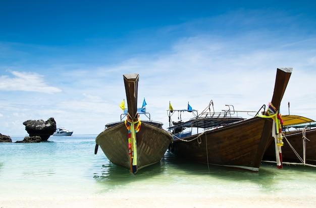 Tropikalna plaża, łodzie typu longtail, morze andamańskie, tajlandia