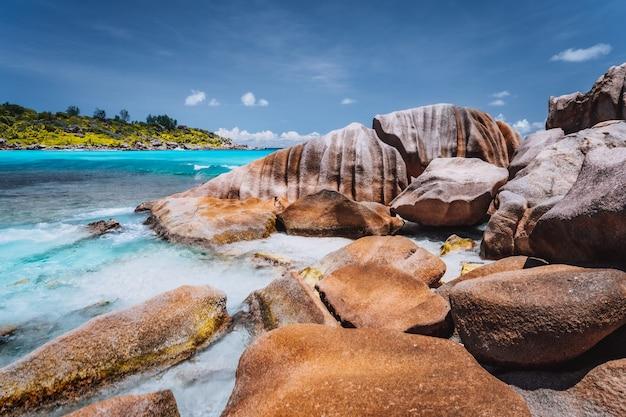 Tropikalna plaża na seszelach. skały na brzegu wyspy la digue.