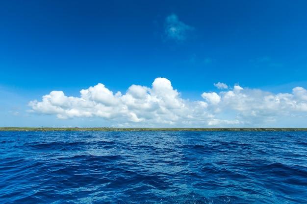 Tropikalna plaża na sri lance. letnie wakacje i koncepcja wakacji dla turystyki.