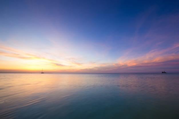 Tropikalna plaża na sri lance. widok horyzontu