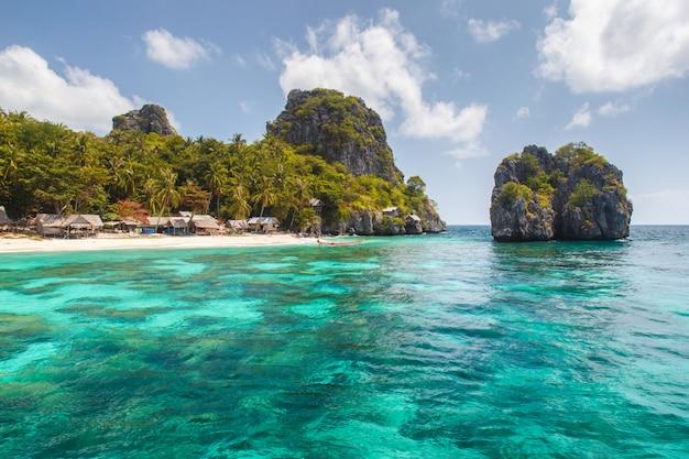 Tropikalna plaża piękne morze i błękitne niebo na wyspie langka jew znajduje się w zatoce tajskiej
