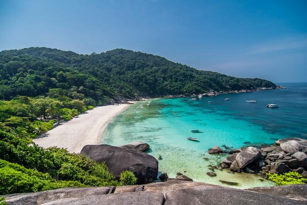 Tropikalna plaża przy widoku punktem similan wyspy, andaman morze, tajlandia