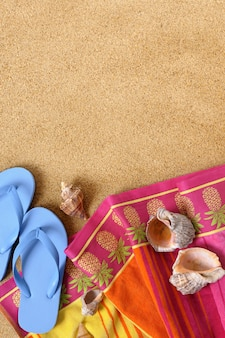 Tropikalna plaża tło z ręcznik i klapki