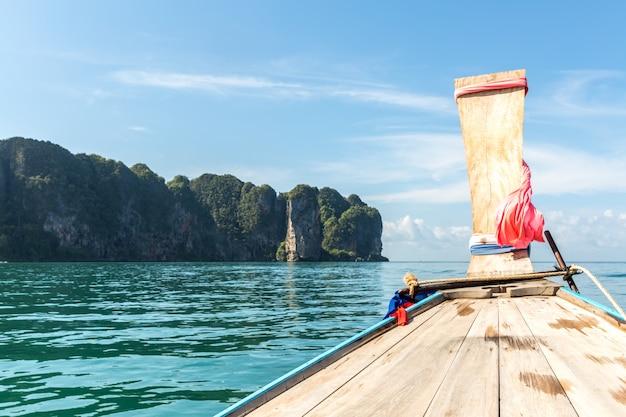Tropikalna plaża, tradycyjne łodzie z długim ogonem