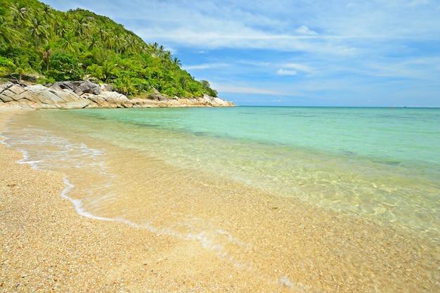 Tropikalna plaża turkusowe morze w tajlandii