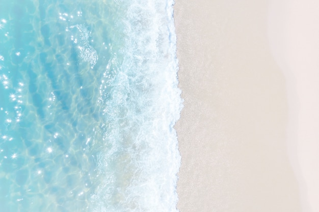 Tropikalna plaża woda w tle. miękka fala szmaragdowo czystego morza na piaszczystej plaży