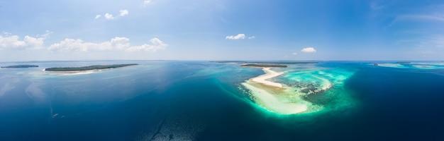 Tropikalna plaża wyspa rafa morze karaibskie. biały piasek bar snake island, indonezja archipelag moluccas, wyspy kei, morze banda, cel podróży