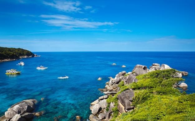 Tropikalna plaża, wyspy similan, morze andamańskie, tajlandia. koncepcja podróży