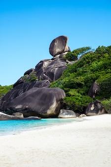 Tropikalna plaża, wyspy similan, morze andamańskie, tajlandia. podróże
