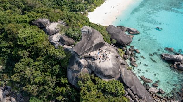 Tropikalna plaża wyspy similan morze andamańskie tajlandia