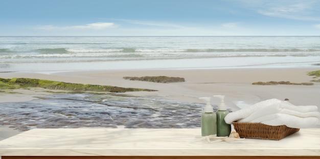 Tropikalna plaża z akcesoriami na drewnianym stole, lato plaża