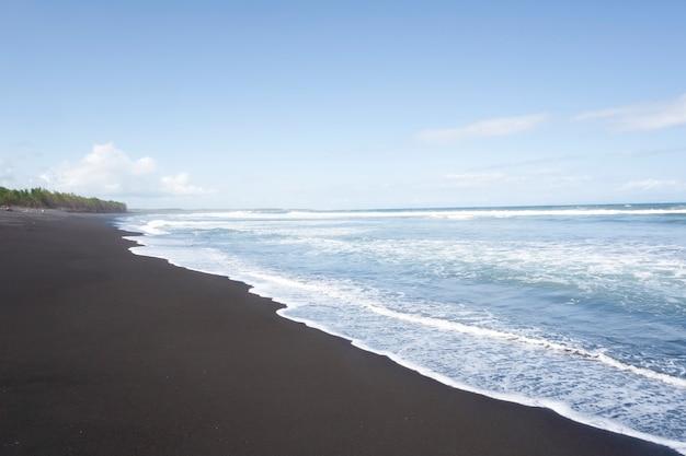 Tropikalna plaża z czarnym piaskiem