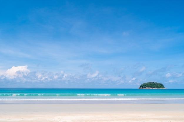 Tropikalna przyroda czysta plaża i biały piasek w sezonie letnim z błękitnym niebem słonecznym.