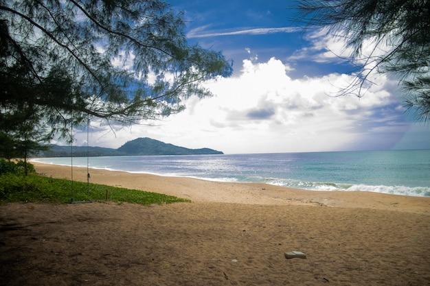 Tropikalna sceneria pod bezchmurnym niebem w mai khao beach, tajlandia