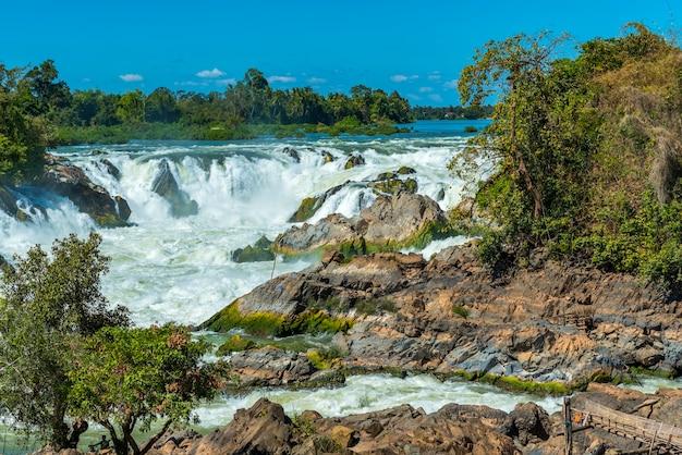 Tropikalna siklawa z niebieskim niebem w laos
