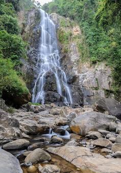 Tropikalna tropikalny las deszczowy siklawa w nakhon si thammarat, tajlandia