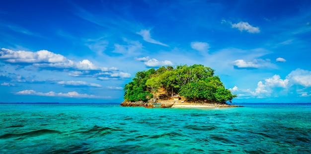 Tropikalna wyspa na morzu