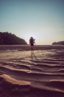 Tropikalna wyspa z fotografem o zachodzie słońca