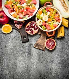 Tropikalne jedzenie. sałatka z owoców tropikalnych. na tle rustykalnym.