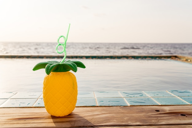 Tropikalne letnie napoje przy basenie