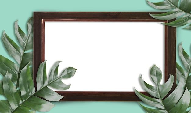 Tropikalne liści palmowych z pustą drewnianą ramką dla projektu minimalny charakter. summer styled. płaski, wymiary oryginału 6408 x 3780 pikseli