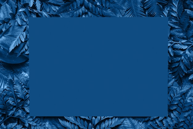 Tropikalne liście ramki tło na klasyczny niebieski kolor