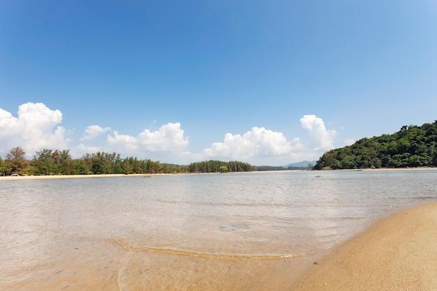 Tropikalne morze w słoneczny dzień dzień dobrej pogody.