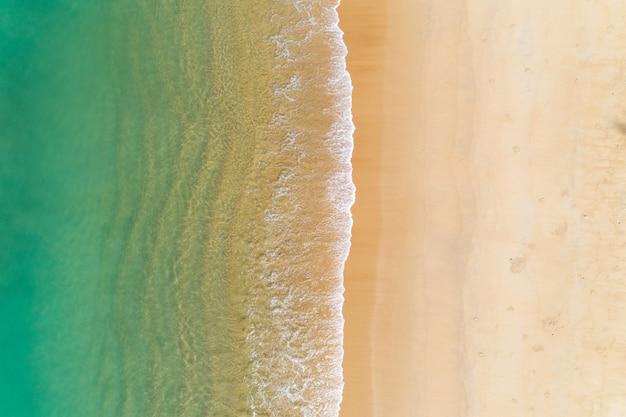 Tropikalne morze z falami upaść na plaży widok z lotu ptaka trutnia strzał widok z góry