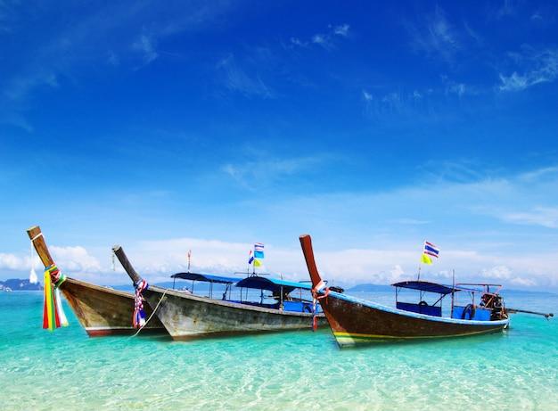 Tropikalne morze z łodziami