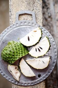 Tropikalne owoce guanabany na betonowym tle