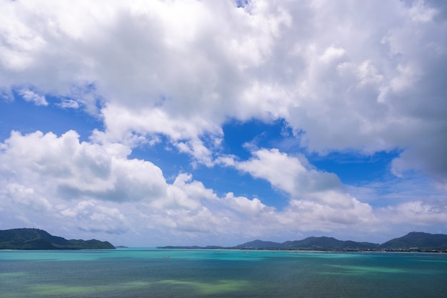 Tropikalne rajskie morze z małą wyspą