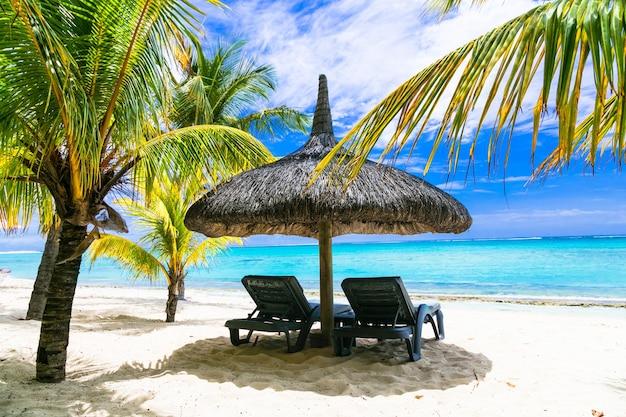 Tropikalne relaksujące wakacje. białe, piaszczyste plaże mauritiusa isalnd