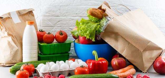 Tropikalne świeże owoce i warzywa ekologiczne dla zdrowego stylu życia, aranżacja różnych warzyw organicznych do zdrowego odżywiania i diety