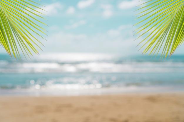 Tropikalnej natury czysta plaża i biały piasek w lecie ze słońcem jasnoniebieskim tle nieba i bokeh.