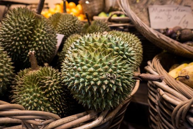 Tropikalny durian w koszyku