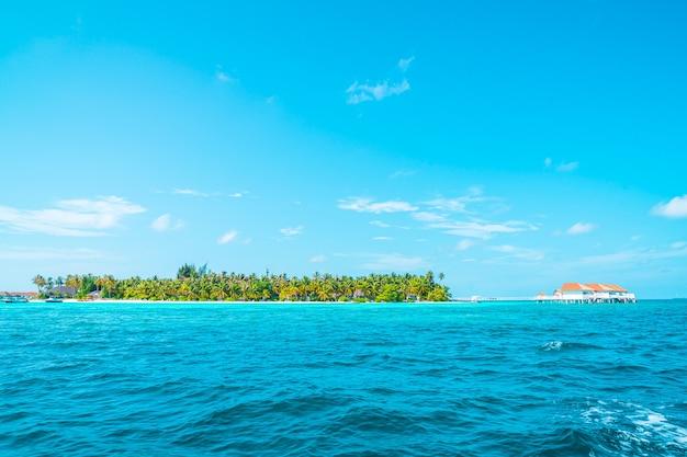 Tropikalny hotel i wyspa na malediwach