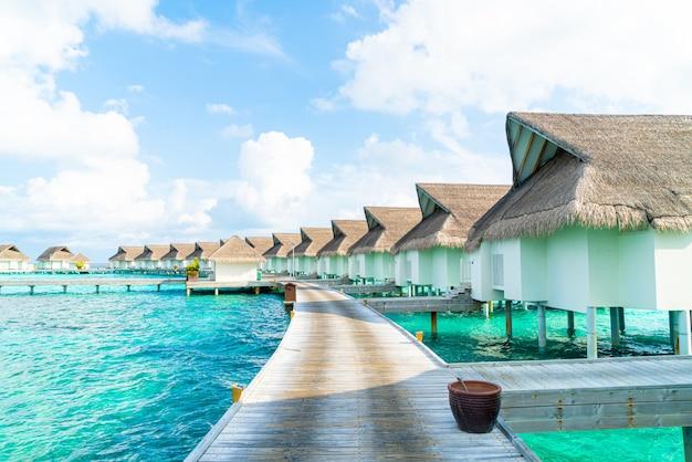 Tropikalny hotel na malediwach i wyspa z plażą i morzem