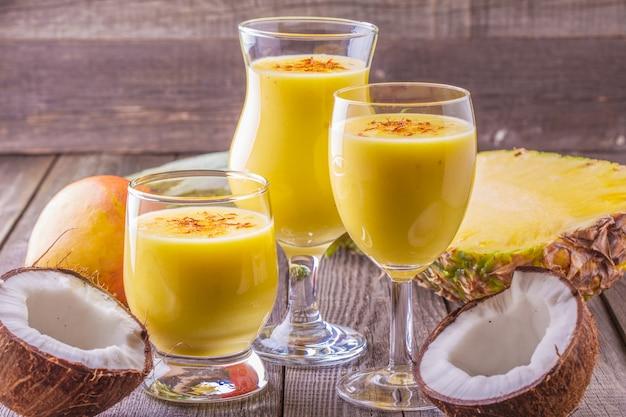 Tropikalny koktajl mleczny ze składnikami.